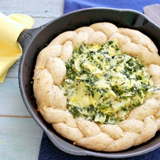 Garlic Parmesan Pull A Part Bread With Spinach Artichoke Dip