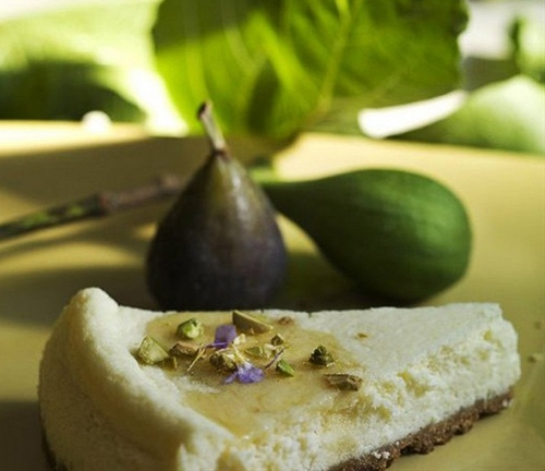 Goat cheesecake with figs
