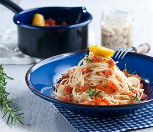 Garlic pasta with fresh tomato