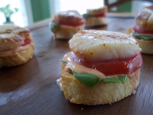Tomato Basil Sea Scallop Croustini with Sriracha Chili Sauce