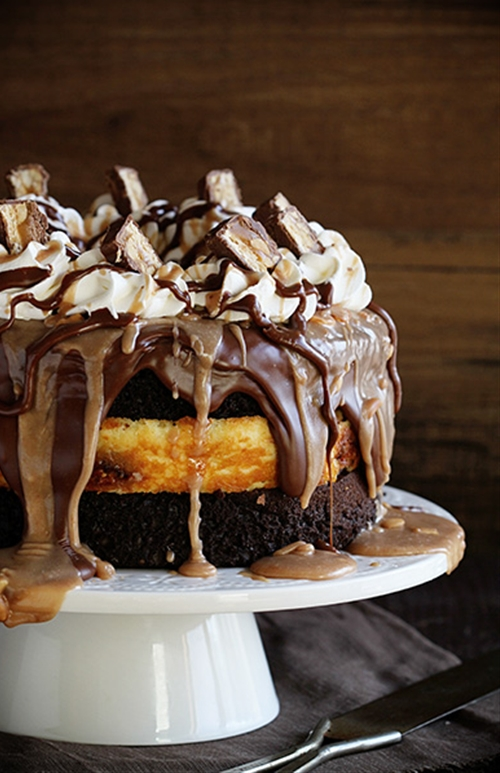 Snickers cheesecake cake