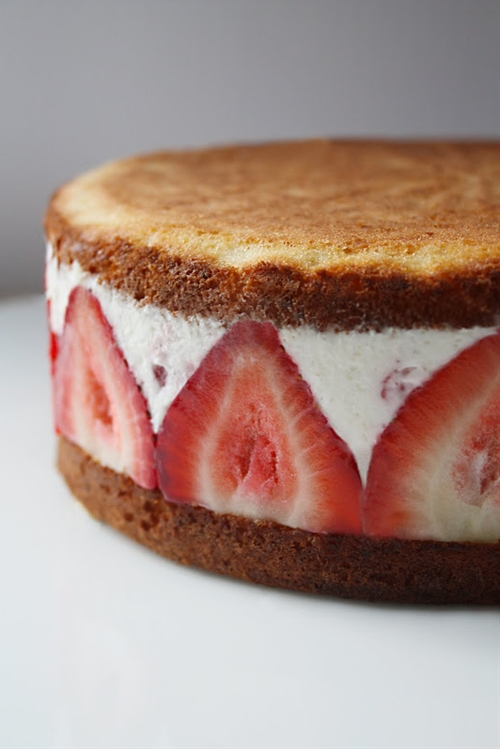 Strawberry Mascarpone Cream Cake recipe | Chefthisup