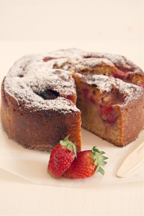 Wholemeal cake with strawberries