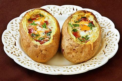 Cheap Idaho Sunrise (Baked Eggs & Bacon in Potato Bowls) dinner